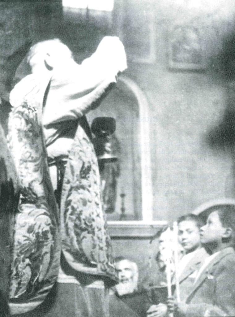 Anni '40: Padre Pio da Pietralcina dà la Prima Comunione al piccolo Giuseppe Tatarella